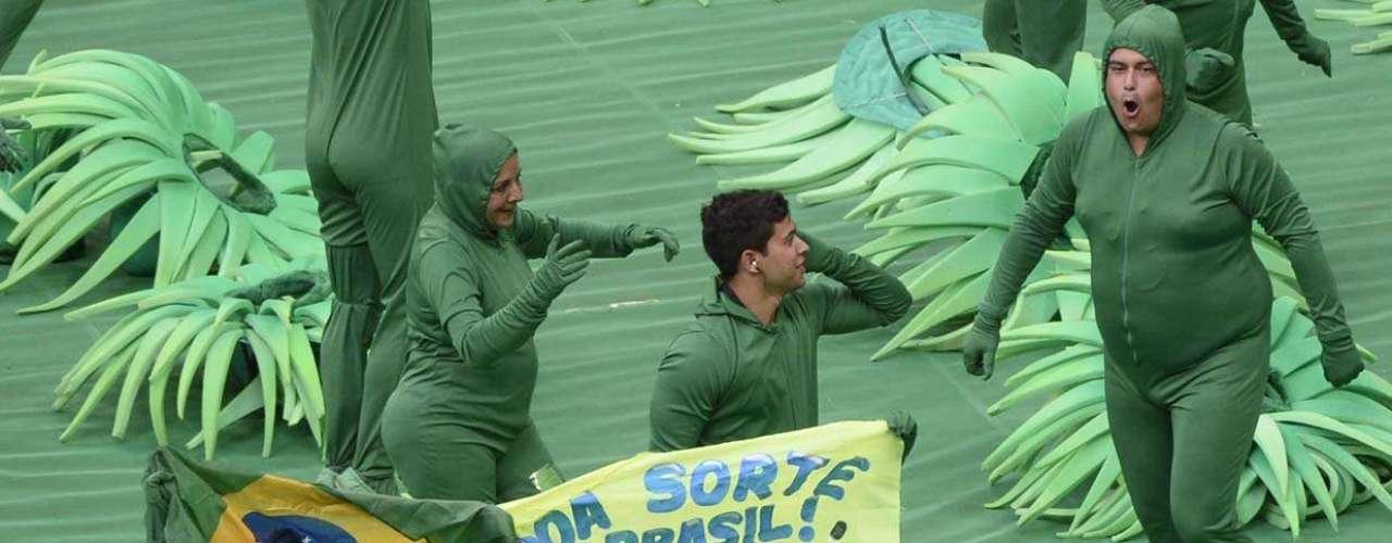 Um dos dançarinos levantou uma faixa desejando sorte à Seleção Brasileira, em especial ao atacante Neymar