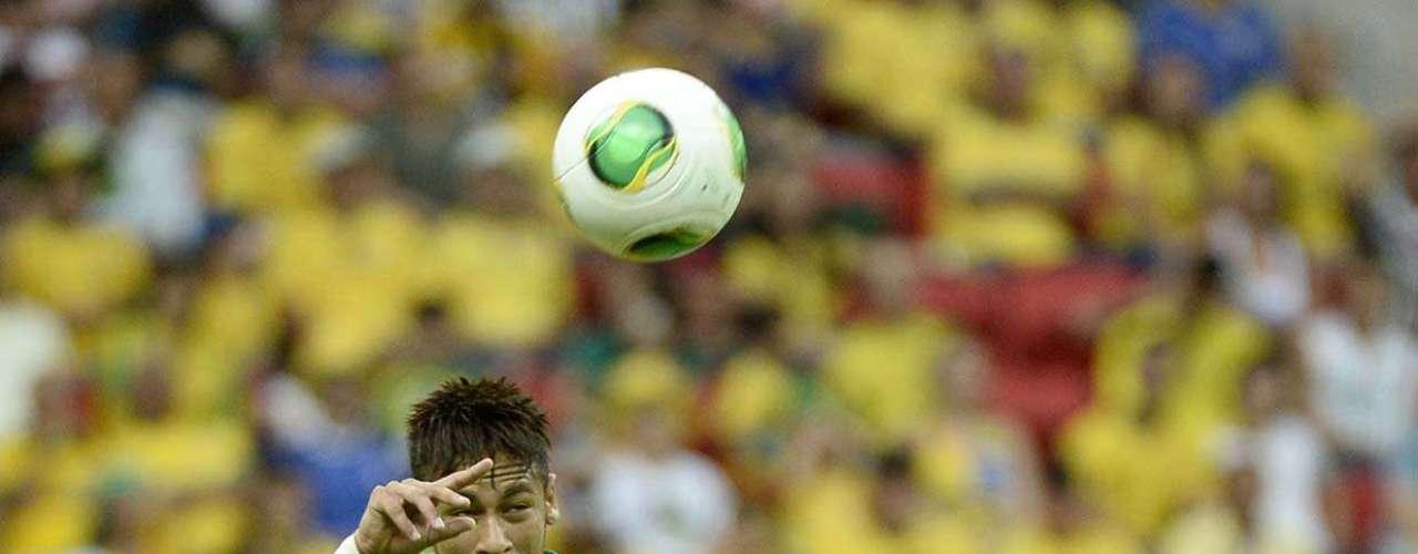 Neymar entra de cabeça na bola
