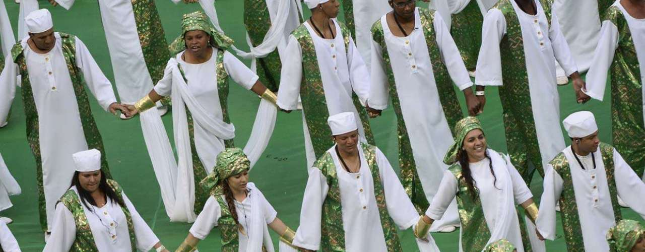 Dançarinos representam a Nigéria durante a cerimônia de abertura