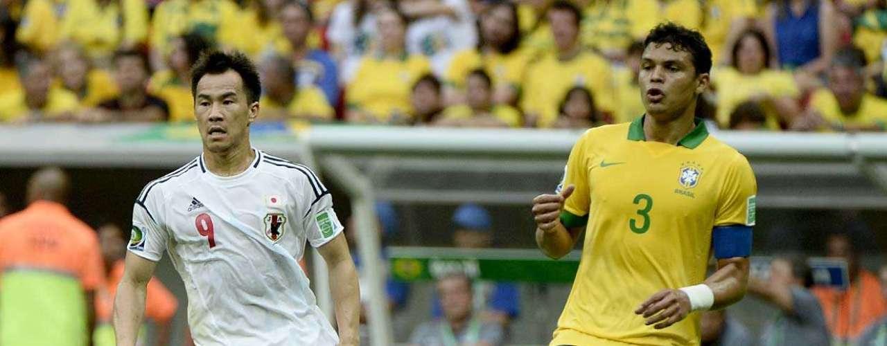 Thiago Silva e Okazaki disputam a bola