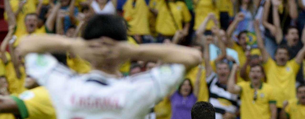 Paulinho correu para festejar o gol com o time