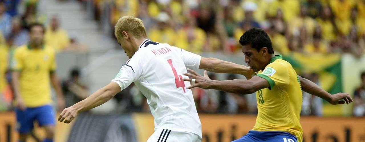 Paulinho tenta tirar a bola de Keisuke Honda