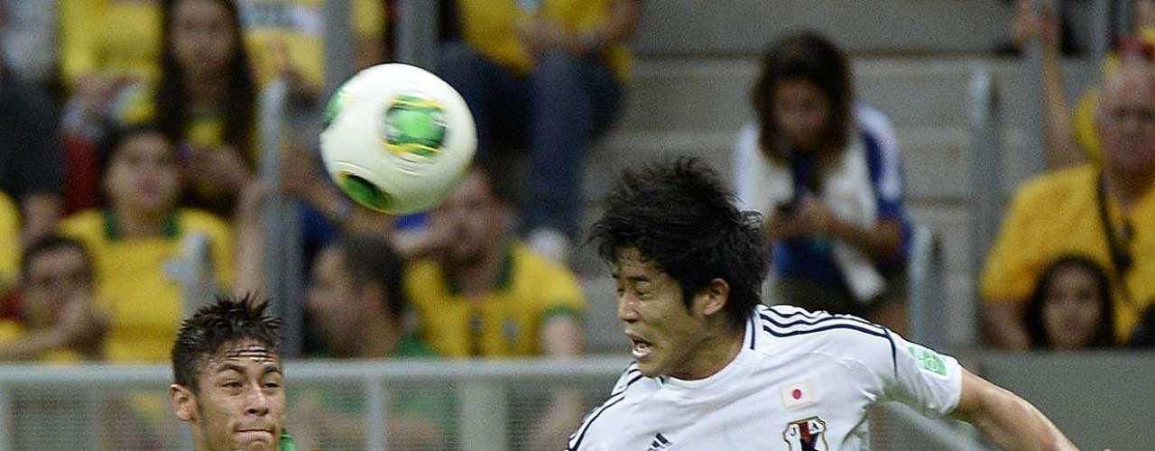 Uchida cabeceia e Neymar marca em cima