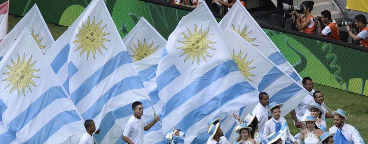 Grupo levanta bandeira do Uruguai e usa roupas com as cores da bandeira