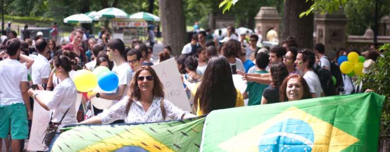 16 de junho -Jovens brasileiros que moram em Nova York, nos Estados Unidos, também se reuniram para protestar neste domingo