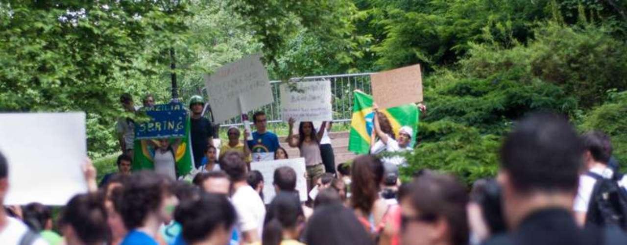 16 de junho -Com cartazes que traziam críticas aos governantes brasileiros, o grupo mostrou seu apoio às manifestações no Brasil
