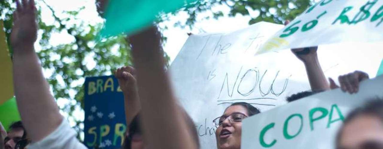 16 de junho -Entre as críticas da mobilização em Nova York estava o alto custo das obras para a Copa do Mundo