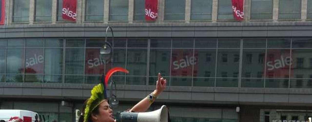 16 de junho -Com cartazes e cantando o hino nacional, os manifestantes de Berlim, capital da Alemanha, ainda se reuniram com um grupo que apoia os protestos na Turquia