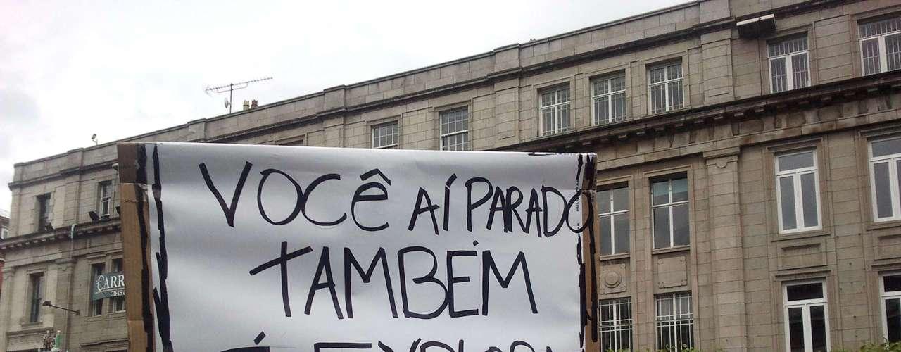 16 de junho -Cartazes foram escritos em português e em inglês