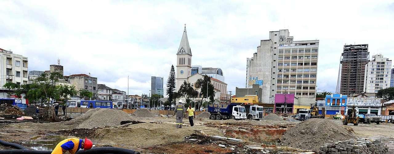 17 de junho- Parte do Largo da Batata está em obras para a construção de uma nova praça