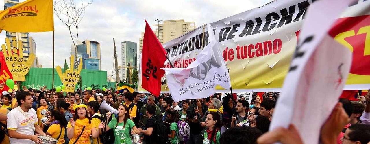 17 de junho Com instrumentos de percussão, usados pela primeira vez nessa onda de protestos no Rio de Janeiro, muitos manifestantes se posicionaram contra o prefeito, Eduardo Paes