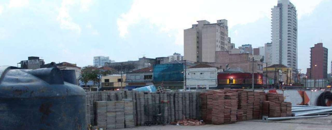17 de junho- Foto do Largo da Batata mostrando materiais de construção teve milhares de compartilhamentos nas redes sociais nesta segunda-feira