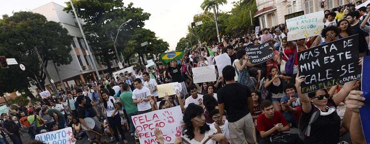 17 de junho - O ato começou por volta das 17h perto do estádio Presidente Vargas, onde a seleção brasileira treinou à tarde, na região central da cidade