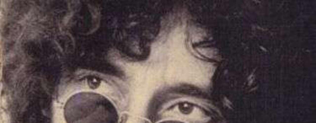 'Mosca na Sopa' - Raul Seixas: de 1973, esta canção já foi considerada bastante controversa. Em uma de suas interpretações propostas, há ametáfora de queo povo é a \