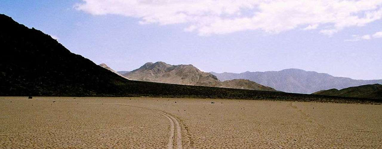 Assim como a maior parte dos fenômenos geológicos, o mistério das rochas deslizantes se resume à ação do vento e da água