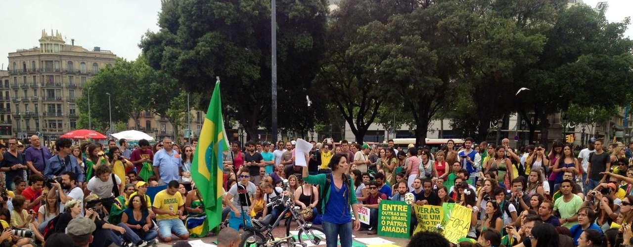 18 de junho - Cerca de 500 pessoas se reuniram na Plaza Catalunya, no centro de Barcelona