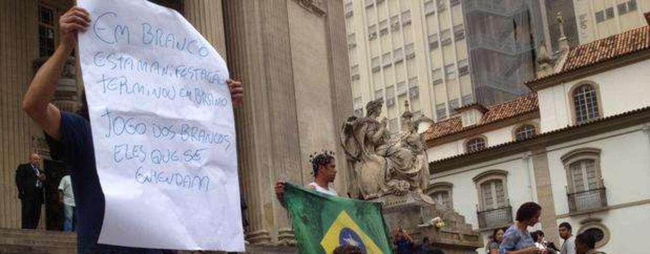 18 de junho - Jovens repudiaram atos de vandalismo e pediram desculpas por ações de minoria na Alerj