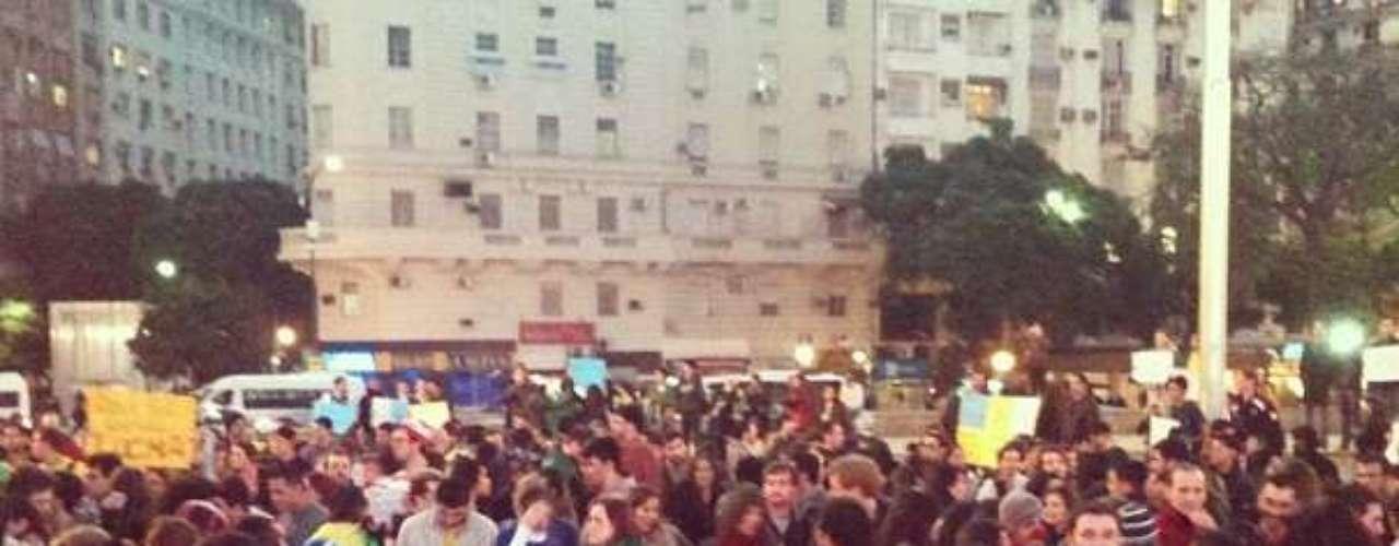 18 de junho -No início da noite, centenas de brasileiros marcharam pelas ruas de Buenos Aires