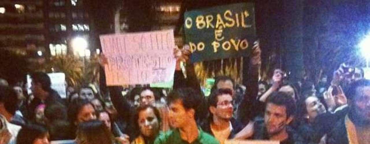 18 de junho -O grupo partiu do Obelisco, na esquina da avenida Diagonal Norte com a 9 de Julho, e foi até a frente da Embaixada do Brasil na capital argentina