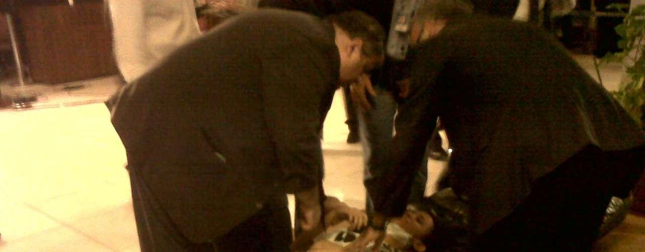 17 de junho - Em Brasília, uma manifestante desmaiou e foi atendida dentro da chapelaria do Congresso após policiais jogarem gás de pimenta do lado de fora