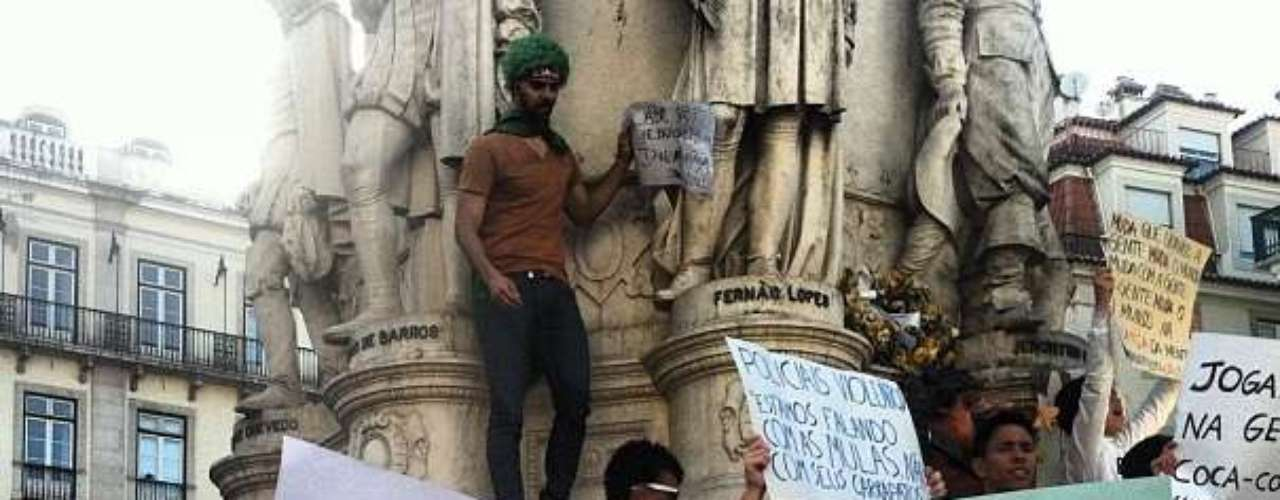 18 de junho -Em Lisboa, dezenas de manifestantes ocuparam a praça Luís de Camões
