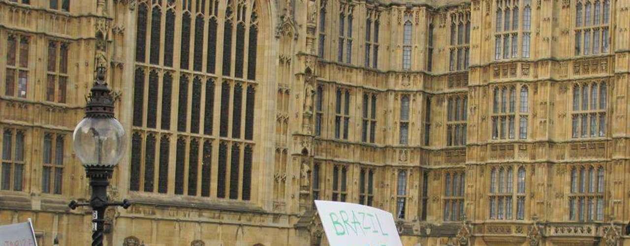 18 de junho -Em Londres, centenas se manifestaram ao lado do Palácio de Westminster, o prédio do Parlamento
