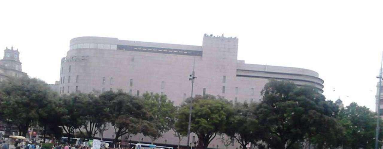 18 de junho - A Plaza Catalunya, no centro de Barcelona, ficou verde e amarela
