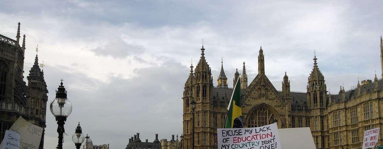 18 de junho - A manifestação começou por volta das 17h do horário local (13h no horário de Brasília)