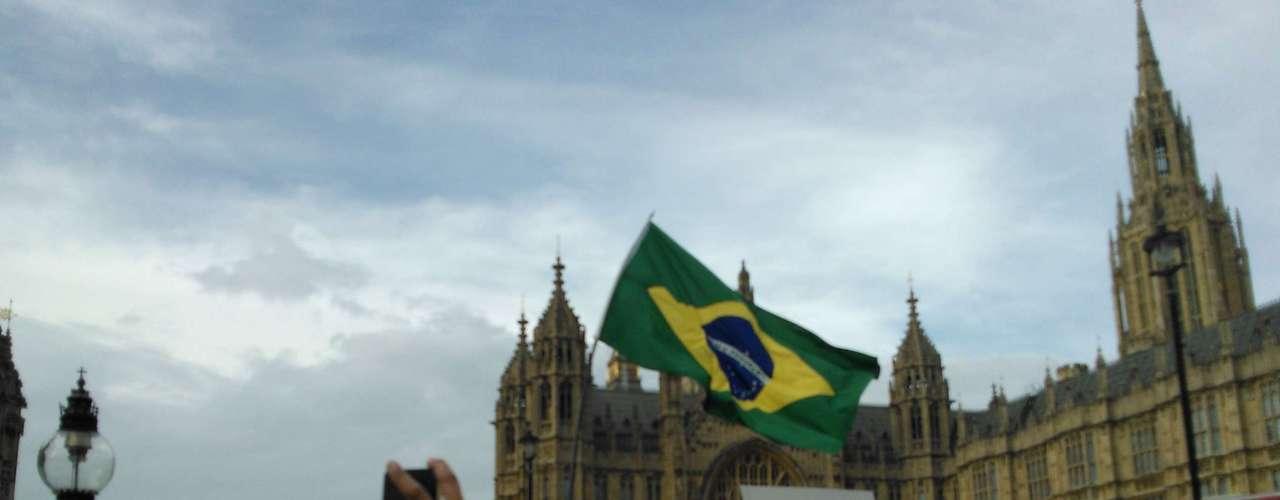 18 de junho - O protesto foi organizado por um brasileiro pelo Facebook