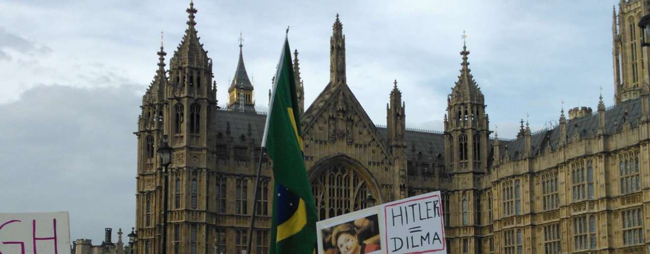 18 de junho - Bandeiras e cartazes foram utilizados pelos manifestantes durante o ato em Londres, na Inglaterra