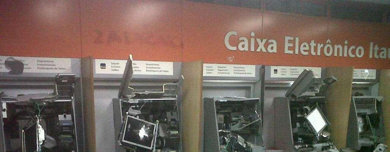 17 de junho - Caixas eletrônicos da agência do Itaú da rua São José foram depredados