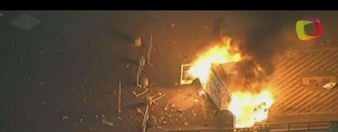 18 de junho - Van da TV Record é incendiada por manifestantes em frente à prefeitura de São Paulo