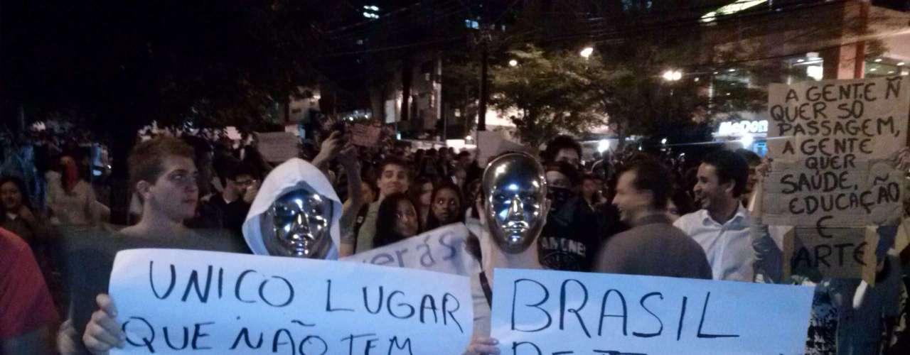 17 de junho - Em Londrina, no Paraná, manifestantes também saíram às ruas para protestar; grupo pediu investimentos nas áreas da saúde e da educação