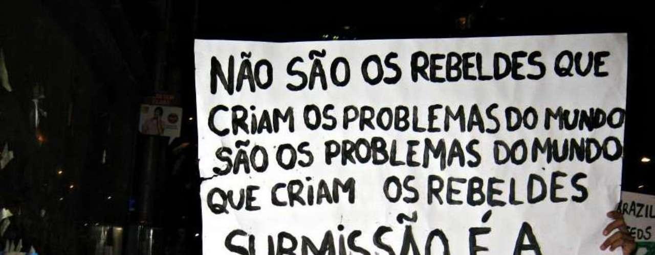 17 de junho - Grupo carrega cartaz pela avenida Rio Branco, no centro do Rio de Janeiro