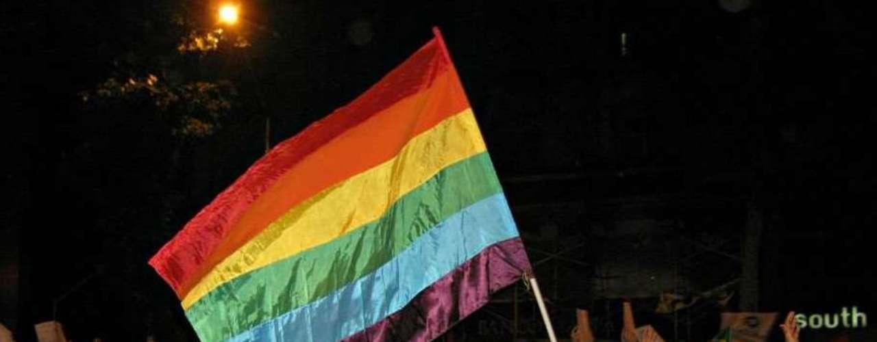 17 de junho - Manifestante carrega a bandeira símbolo do movimento gay
