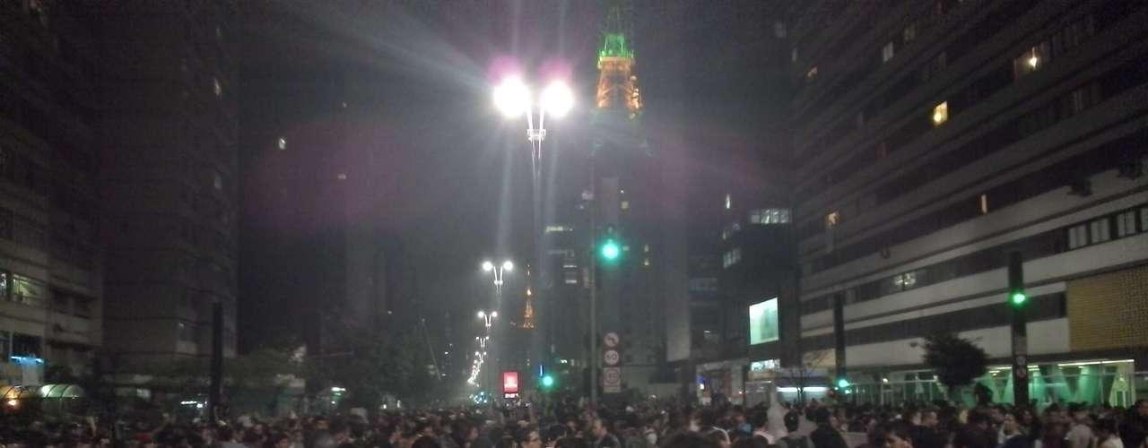 17 de junho - Durante o protesto, antena na avenida Paulista é colorida nas corres verde e amarelo
