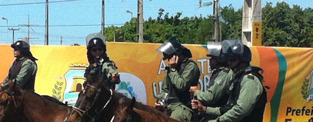 Cavalaria da polícia acompanha o protesto
