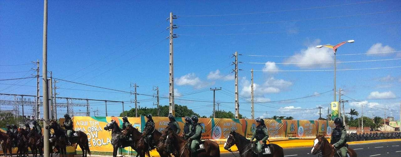 Cavalaria faz um cordão de bloqueio nos arredores do Castelão