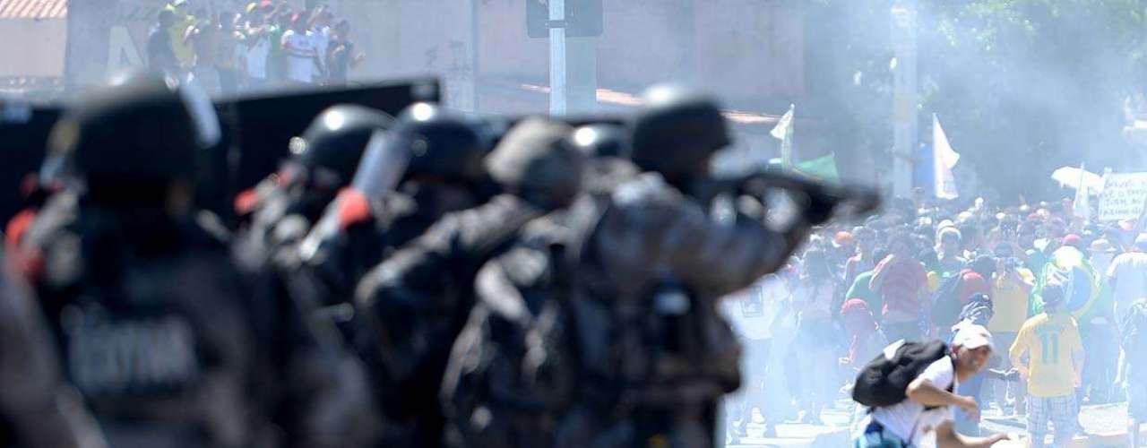 Após a defensiva da polícia, o grupo recuou