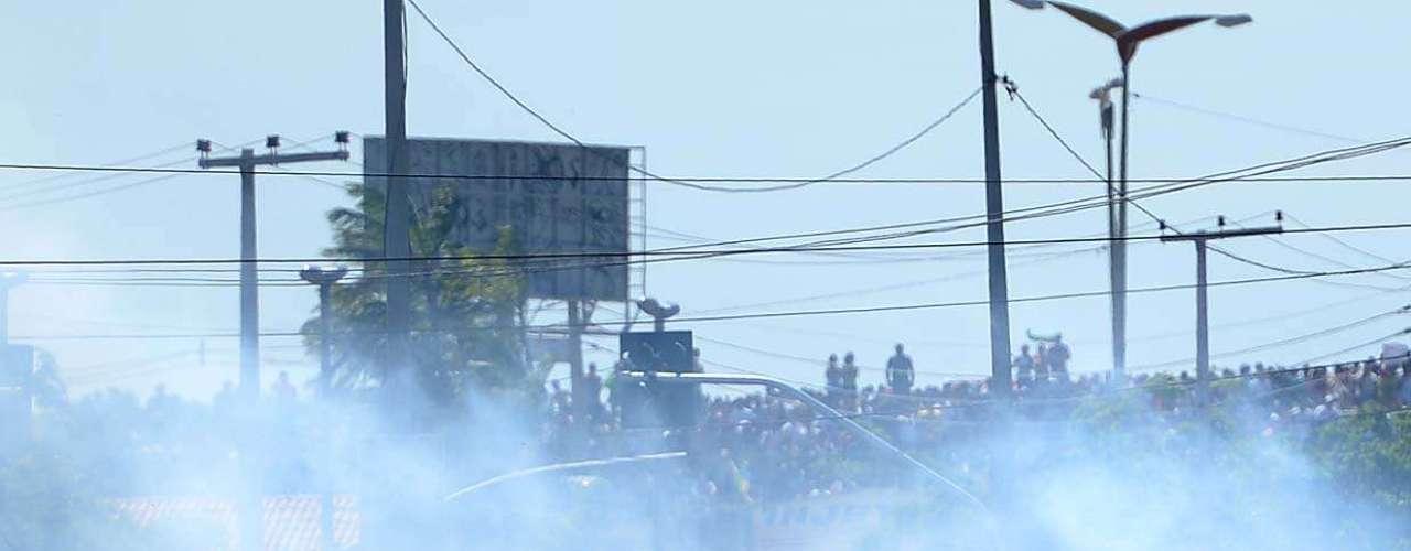 Policiais, por sua vez, distribuíram bombas e spray de pimenta, dispersando a maior parte da manifestação