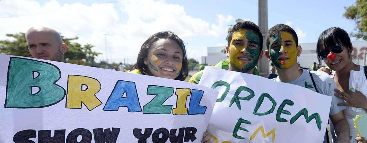 Frases de protesto nas cores da bandeira tomaram conta das faixas