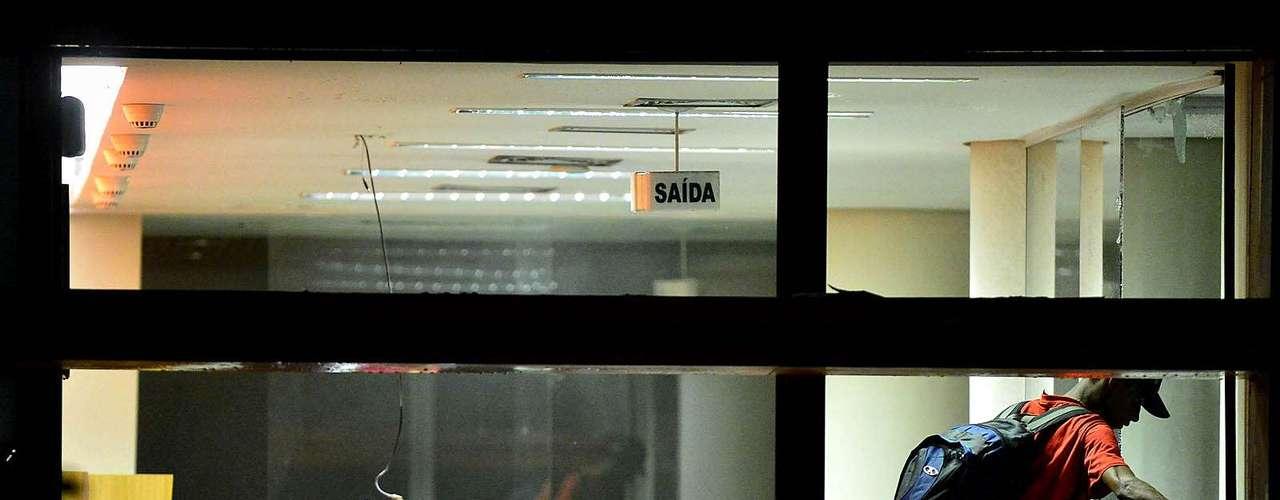 18 de junho - Grupo de manifestantes depreda agência do Banco Itaú na praça do Patriarca