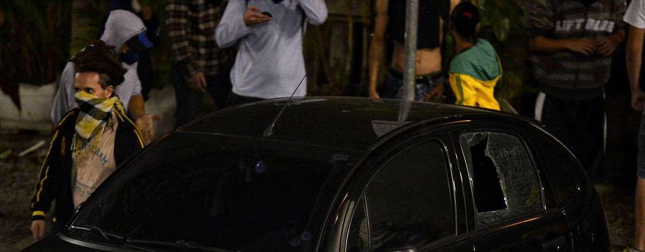 18 de junho - Carro teve o vidro quebrado em frente ao prédio da prefeitura de São Paulo