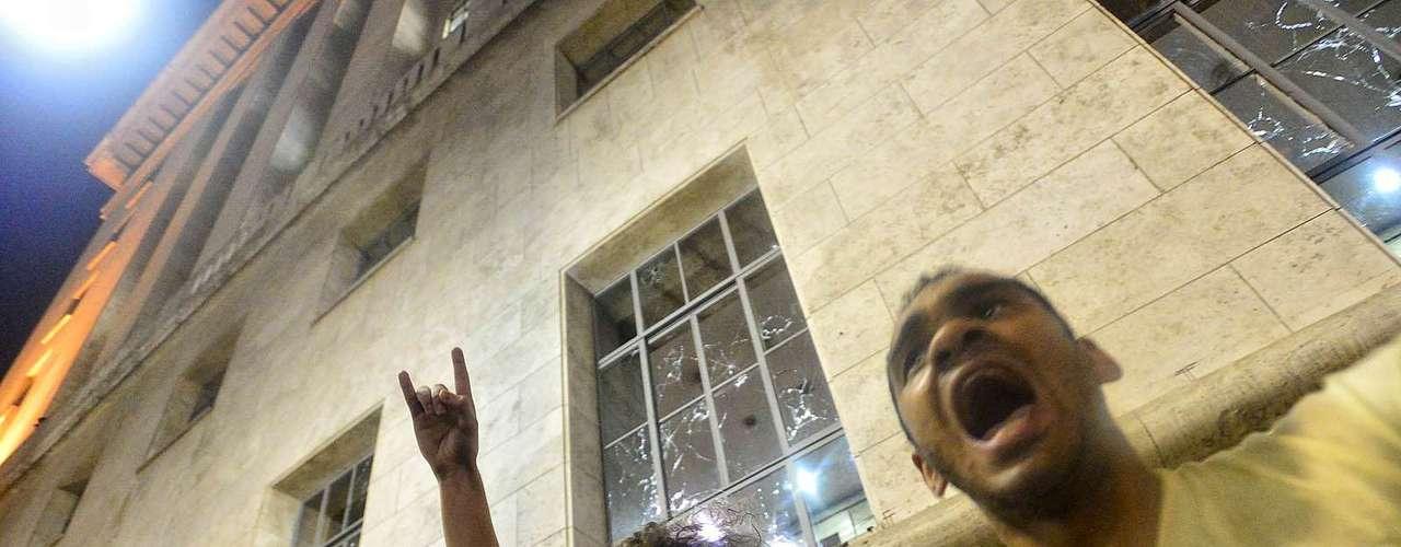 18 de junho - Manifestantes tentam controlar grupo mais radical e pedem paz