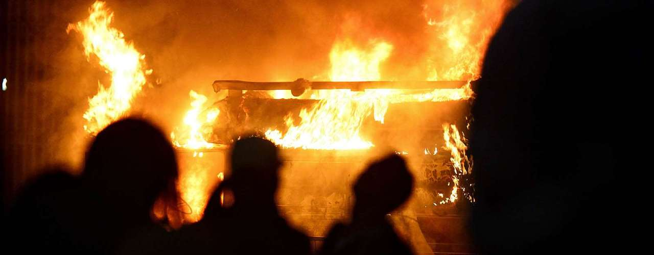 18 de junho - Uma van da TV Record foi depredada e incendiada por manifestantes