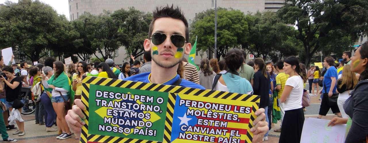 18 de junho - Em Barcelona, ao contrário dos primeiros confrontos vistos em São Paulo, a presença policial na praça não foi motivo de conflito