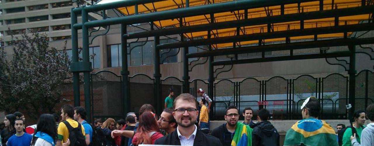 18 de Junho -Grupo de brasileiros residentes em Alberta, no Canadá, participa de protesto em apoio à série de manifestações no Brasil