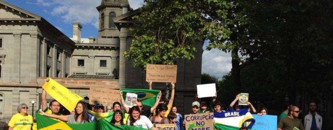 18 de junho - Em Portland, nos Estados Unidos, brasileiros se reuniram com bandeiras, faixas e insrtumentos musicais em apoio às manifestações no Brasil
