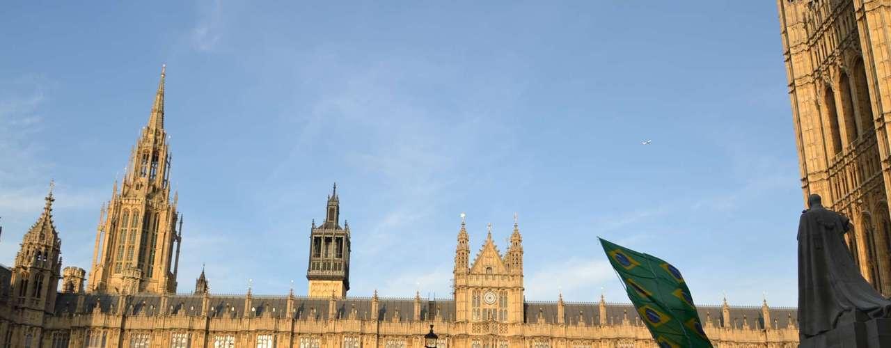18 de Junho -Em frente a palácio, brasileiros que moram em Londres se reuniram em apoio às manifestações no Brasil