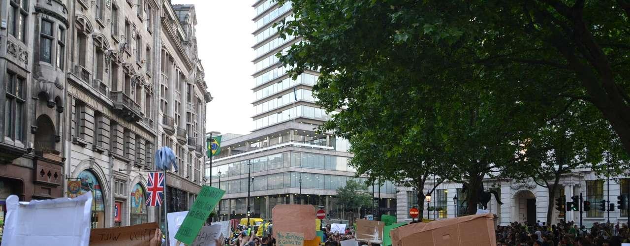 18 de Junho - Grande parte dos manifestantes foi às ruas vestindo as cores da bandeira brasileira